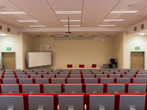 prázdný přednáškový sál